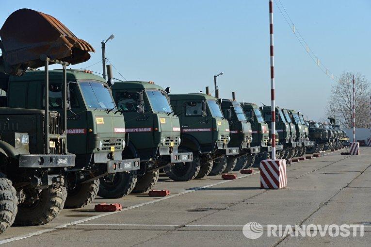 Автопарк спецмашин для разминирования на учебном полигоне Ханкала, расположенного в 7 километрах от Грозного