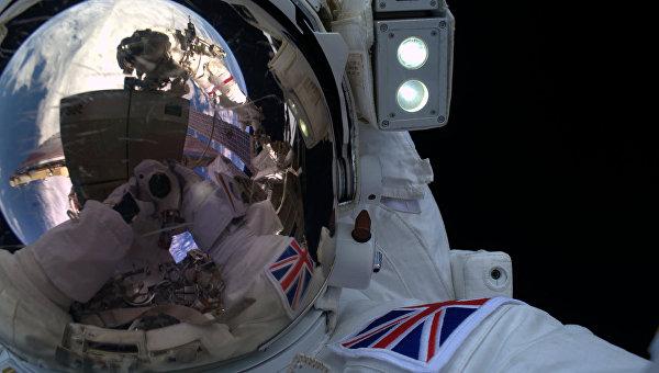 Тим Пик во время выхода в космос