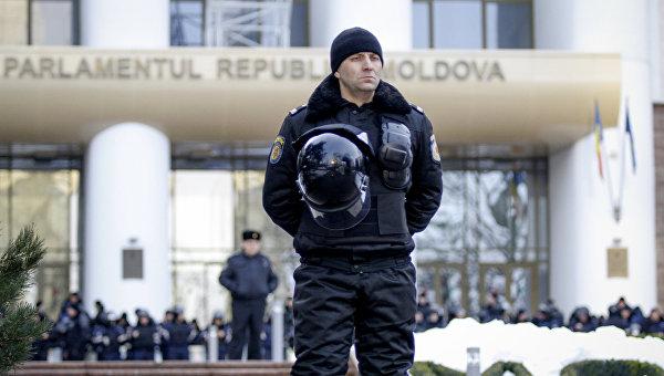 Сотрудник полиции перед зданием парламента Молдавии