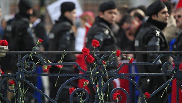 Цветы на месте теракта в Стамбуле. Архивное фото