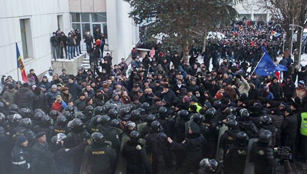 Протестующие у здания парламента в Молдавии