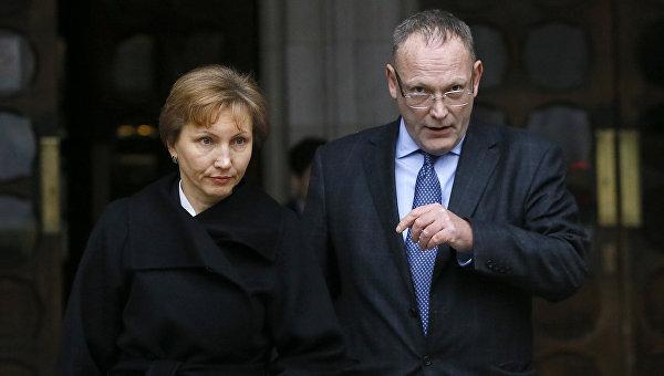 Жена Александра Литвиненко Марина и адвокат Бен Эммерсон возле здания суда в Лондоне 21 января 2016