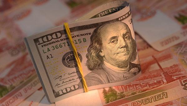 Руб.  незначительно изменяется  кдоллару иевро всамом начале  торгов пятницы