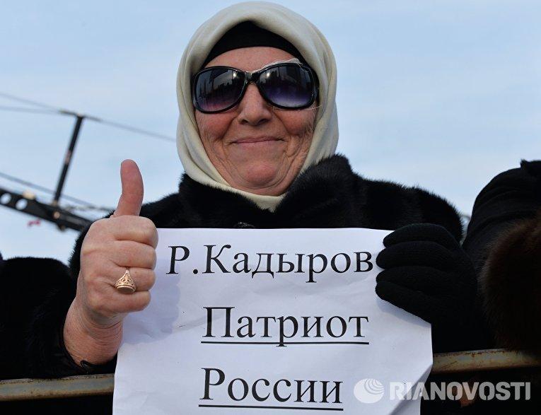 Участница митинга В единстве наша сила в поддержку главы Чечни Рамзана Кадырова на площади перед мечетью имени Ахмата Кадырова в Грозном