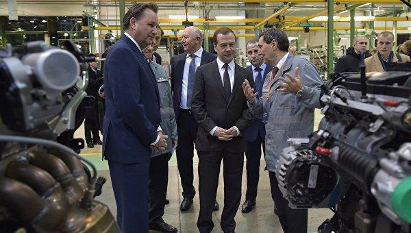 Председатель правительства РФ Дмирий Медведев (в центре) во время посещения ОАО АвтоВАЗ в Тольятти