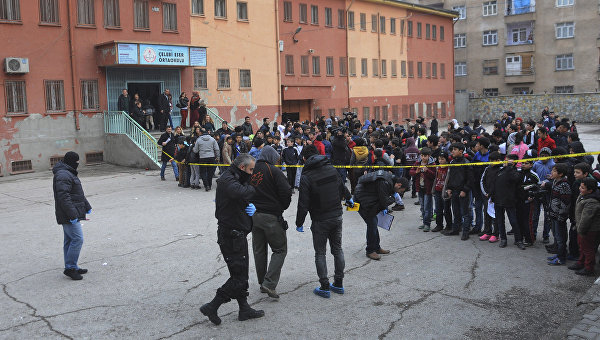 На месте взрыва около двора школы в районе Баглар провинции Диярбакыр, Турция. 22 января 2016