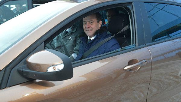 Председатель правительства РФ Дмитрий Медведев прокатился по территории завода в автомобиле Лада X-RAY