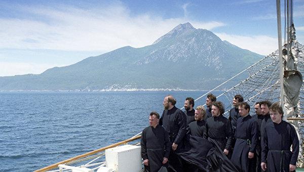 Певчие православного хора в составе паломнической миссии на парусном фрегате Дружба в Эгейском море