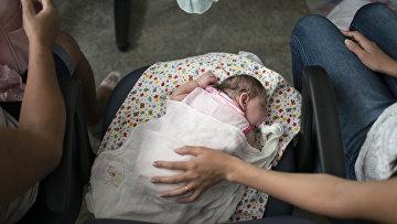 Ребенок с подозрением микроцефалию  вызванную вирусом зика в больнице Каруару
