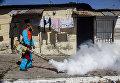 Медработники обрабатывают дома жителей от комаров переносящих вирус Зика в Сан-Сальвадоре