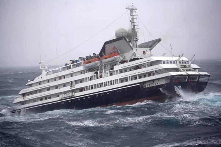 Круизное судно Clelia II, борющееся с гигантскими волнами в водах Антарктики