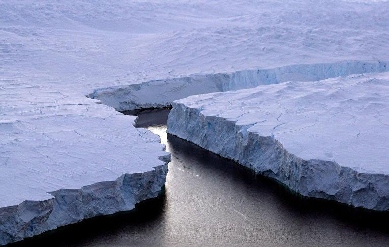 Гигантский айсберг (справа) у Берега Нокса, Антарктида