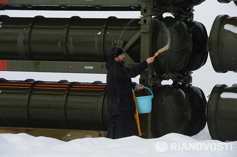 Церемония заступления на боевое дежурство зенитного ракетного полка ВКС на вооружение которого поставлена новейшая зенитная ракетная система (ЗРС) С-400 Триумф, в Московской области