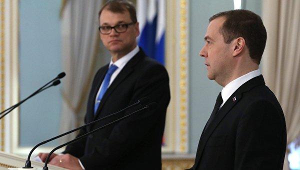 Председатель правительства РФ Дмитрий Медведев и премьер-министр Финляндии Юха Сипиля во время совместной пресс-конференции по итогам переговоров в Санкт-Петербурге