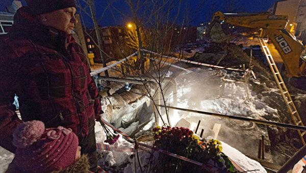 К месту гибели камчатских школьников несут цветы и игрушки