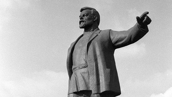 Памятник советскому государственному деятелю Григорию Петровскому в Днепропетровске. Архивное фото