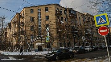 Прохожий у одного из зданий конструктивистского квартала Погодинская на углу улицы Погодинская и второго переулка Тружеников в Москве