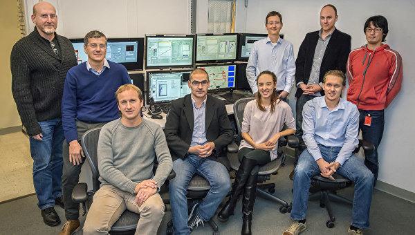 Авторы статьи на фоне центра управления ускорителем