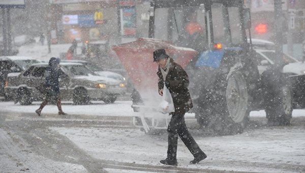 Мужчина переходит дорогу в районе станции метро Щукинская в Москве. Архивное фото