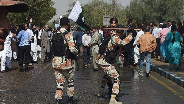 Столкновения сотрудников авиакомпании Pakistan International Airlines (PIA) и полиции у международного аэропорта Джинна в пакистанском городе Карачи. Январь 2016