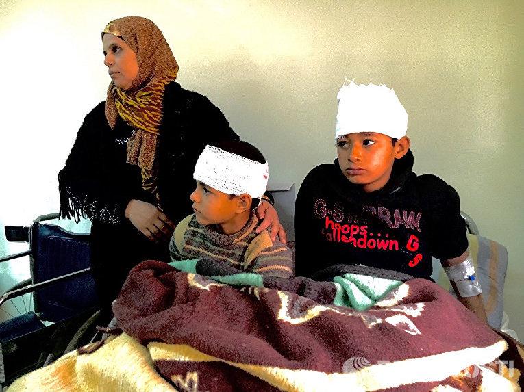 Дети, пострадавшие в результате обстрелов террористами сирийского города Дераа, в больнице