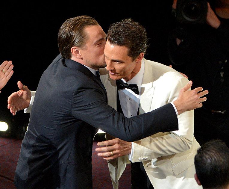 Леонардо Ди Каприо и Мэттью Макконехи во время церемонии вручения кинопремии Оскар. 2014 год