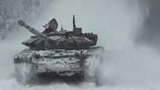 Танки Т-72 маневрировали в снегу на отборочном турнире к Армейским играм
