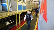 Машинист у нового поезда московского метрополитена. Архивное фото