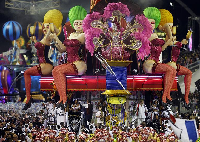 Участники карнавала в Сан-Паулу, Бразилия. 7 февраля 2016