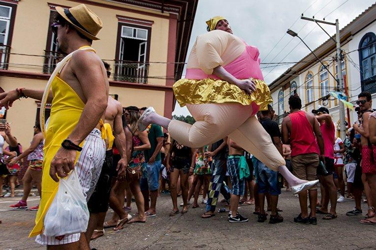Участники карнвала в Сан-Луис-ду-Парайтинга, Бразилия. 7 февраля 2016