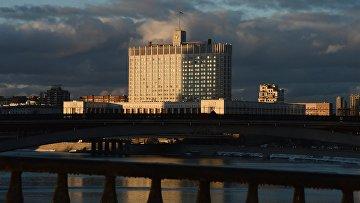 Вид на Дом Правительства Российской Федерации с Бородинского моста в Москве. Архивное фото