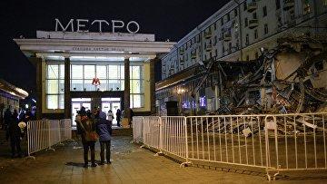 Сотрудники коммунальных служб производят снос незаконных самовольных построек в Москве
