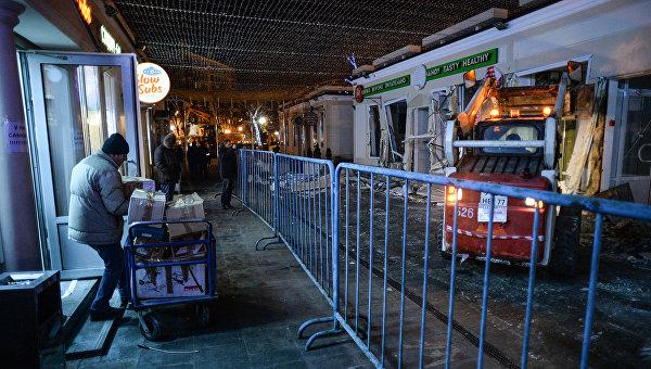 Сотрудники коммунальных служб производят снос незаконно построенных торговых павильонов у метро Кропоткинская в Москве. Архивное фото