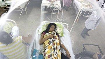 Девушка защищенная москитной сеткой в больнице в Луке, Парагвай