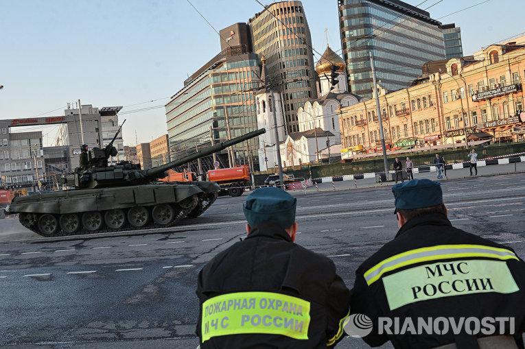 Танк Т-90 во время репетиции Парада Победы