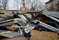 """Сотрудник компании Pepsi на месте снесенных в ночь на 9 февраля незаконно построенных торговых павильонов у метро """"Сокол"""" в Москве."""