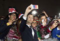 Актер Джозеф Гордон Левитт делает селфи с фанатами