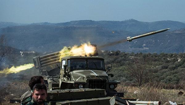 Артиллеристы сирийской армии стреляют с применением систем залпового огня Град на позициях в провинции Идлиб на северо-западе Сирии