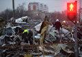 Сотрудники коммунальных служб сносят незаконно построенные торговые павильоны на 9-й парковой улице в Москве