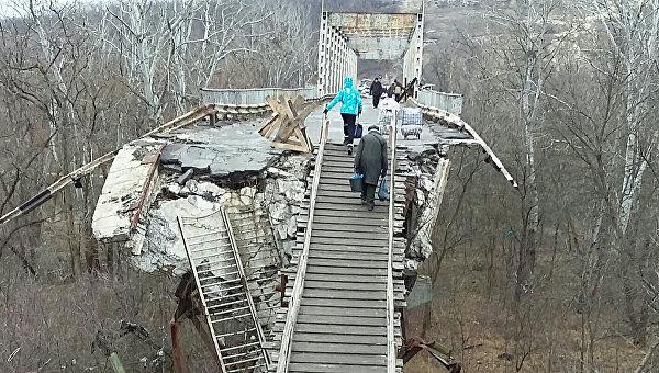КПП между Украиной и ЛНР на Станице Луганской. Архивное фото