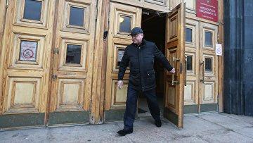 Бизнесмен Валерий Пузиков выходит из здания Московского районного суда Санкт-Петербурга