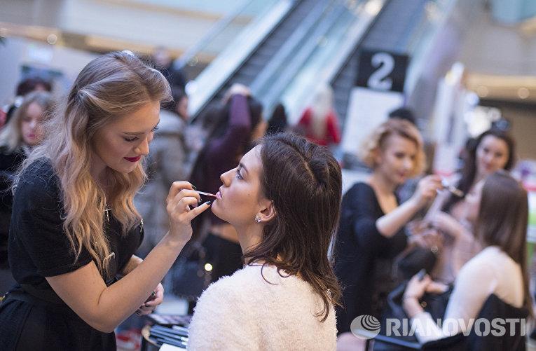 Девушка во время макияжа на открытом кастинге конкурса красоты Мисс Россия 2016
