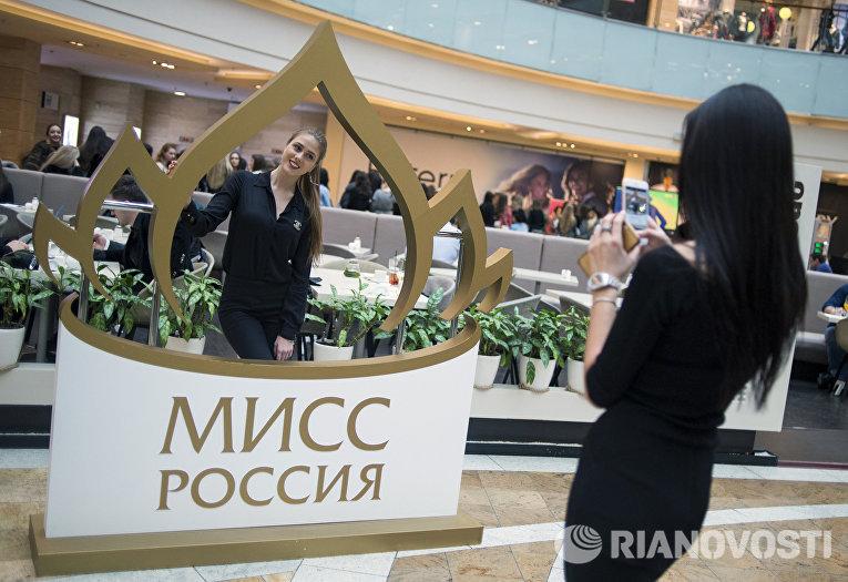 Девушки фотографируются на открытом кастинге конкурса красоты Мисс Россия 2016