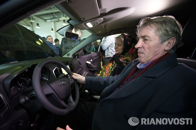 Клиент в автосалоне Лада-Центр Юго-Запад в Санкт-Петербурге, где началась продажа компактного кроссовера Lada Xray