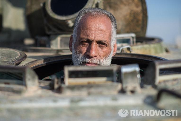 Доброволец сирийской армии на занятиях в 130-й учебной бригаде в пригороде Дамаска