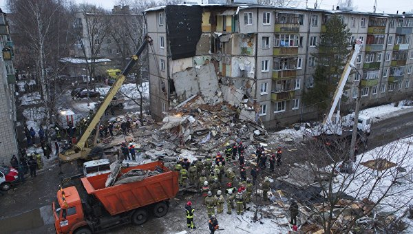 Сотрудники МЧС разбирают завалы после взрыва бытового газа в пятиэтажном доме во Фрунзенском районе Ярославля. Архивное фото