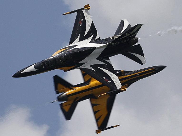 Пилотажная группа Black Eagles из Южной Кореи выступает на авиашоу Singapore Airshow в Сингапуре