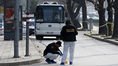 Судмедэксперты на месте взрыва у общежития для военных в центре Анкары, Турция. 18 февраля 2016 год