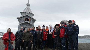 Патриарх Московский и всея Руси Кирилл фотографируется с участниками экспедиции во время визита на российскую полярную станцию Беллинсгаузен на острове Ватерлоо в Антарктиде