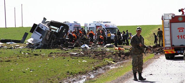 Сотрудники экстренных служб на месте взрыва военного конвоя в турецкой провинции Диярбакыр